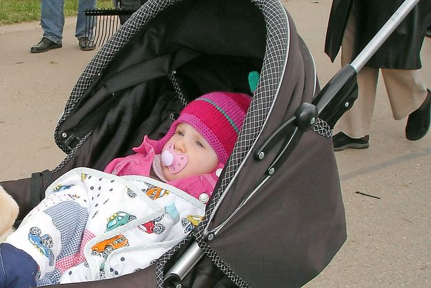 Dojenček potrebuje sonce, vendar ga  poleti, ko zelo žge,  najhujši pripeki nikakor ne smemo izpostavljati.
