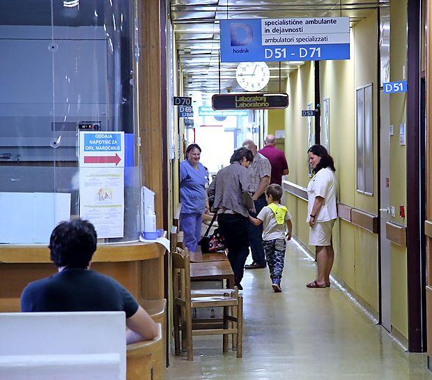 Dolgo mukotrpno posedanje bolnikov na trdih lesenih klopeh  in stolih v čakalnicah izolske bolnišnice naj bi po novem letu  povsem odpadlo.