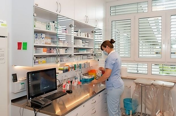Prenovljeni oddelek intenzivne terapije infekcijske klinike ima  poleg sobe za zdravila (na fotografiji) tudi del, ki ga lahko takoj  spremenijo v karanteno.