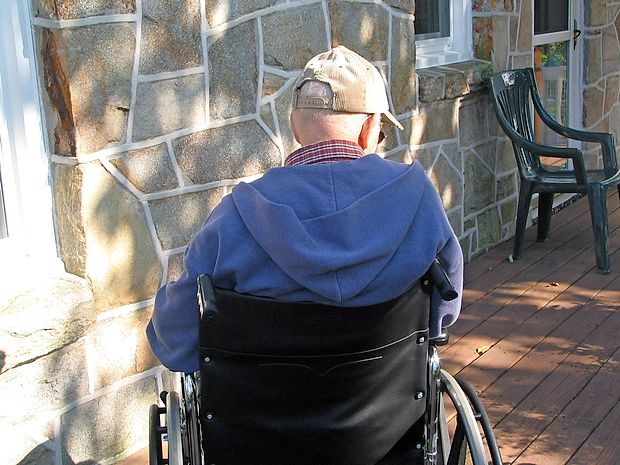 V napredovali fazi demence bolnik ni več sposoben samostojno živeti, saj zaradi izgube spomina in drugih sposobnosti ne zaznava več stvarnega okolja in lastnih potreb.