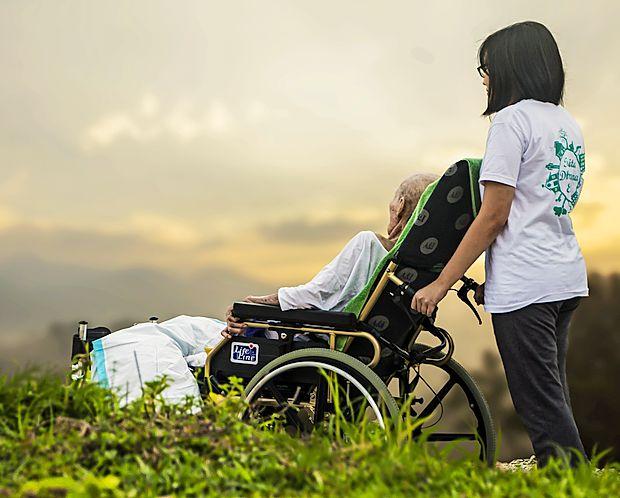 Gre za več oblik cerebralne paralize, ki  je vseživljenjska  bolezen.
