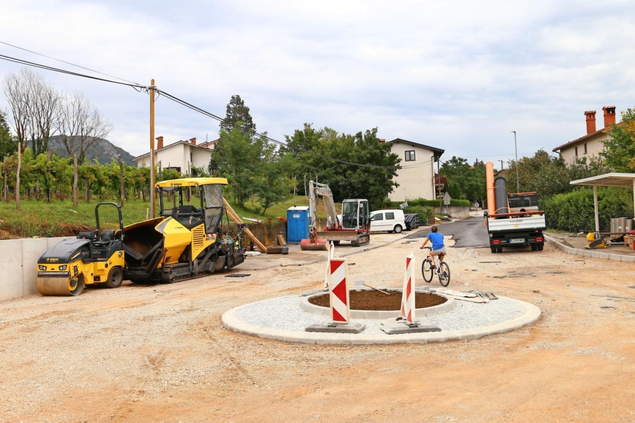 Gradbinci bodo cesto pri šoli dokončno uredili v tednu dni - Primorske  novice