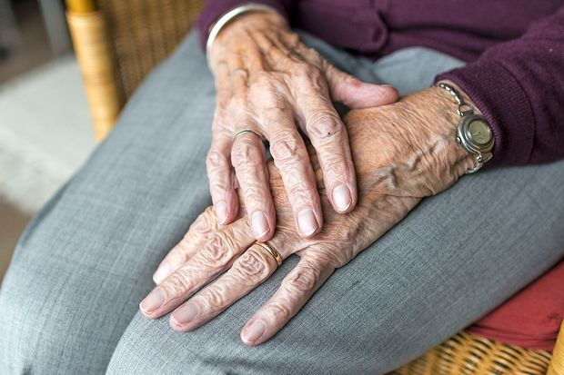 Hudo je v naši domovini biti star