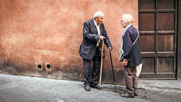 V nebo vpijoča diskriminacija starostnikov