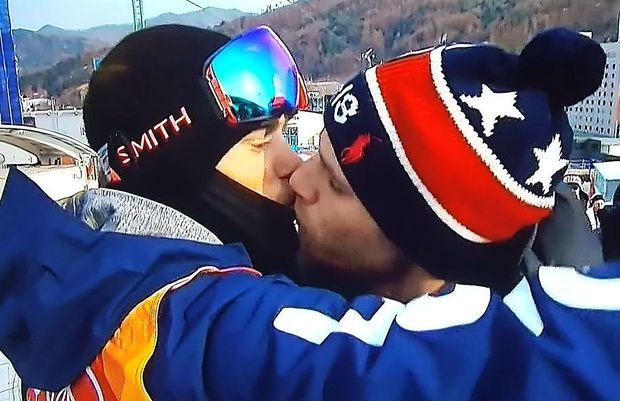 Kamere na ZOI ujele zgodovinski gejevski poljub v izteku proge