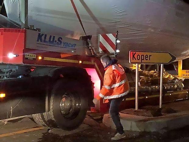 Zakaj se je v strunjanskem krožišču zagozdil tovornjak z jadrnico?