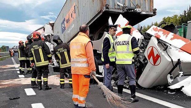 V verižnem trčenju tovornjakov umrla ena oseba