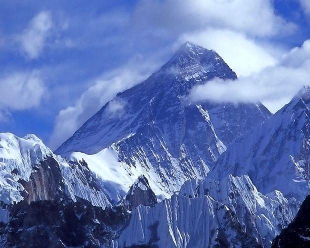 Med vzponom na Mount Everest sta umrla Japonec in Makedonec
