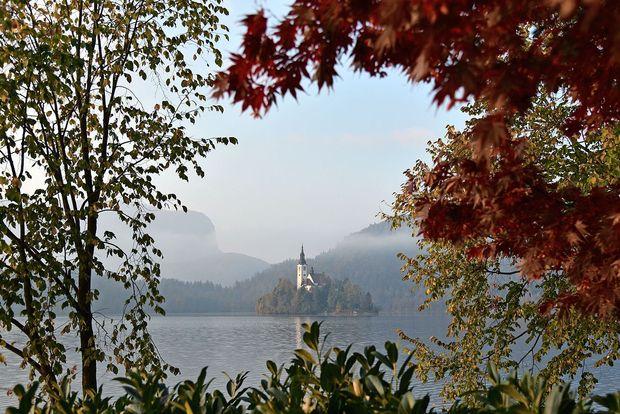 Ekološko stanje Blejskega jezera zaradi turizma in ribolova vse slabše