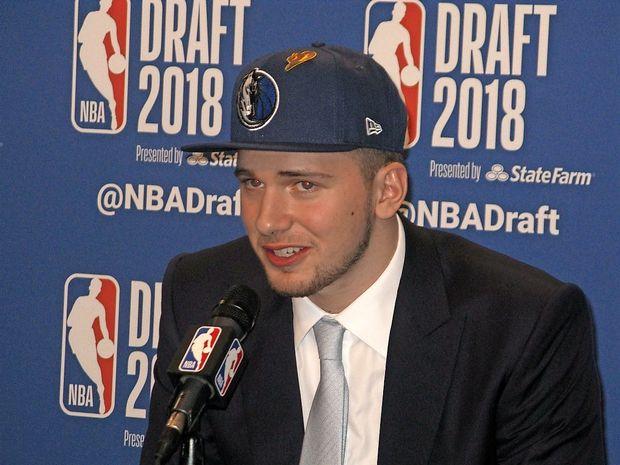 Luka Dončić kot tretji izbor NBA odhaja v Dallas