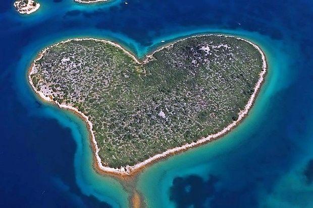 Hrvaški navijači skorajda zažgali otok ljubezni Galešnjak