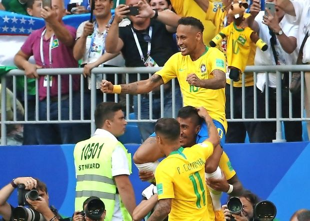 Razburjeni Brazilci nogometaše pričakali s kamni