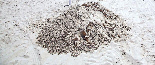 Moški na plaži utonil v luknji, ki si jo je izkopal
