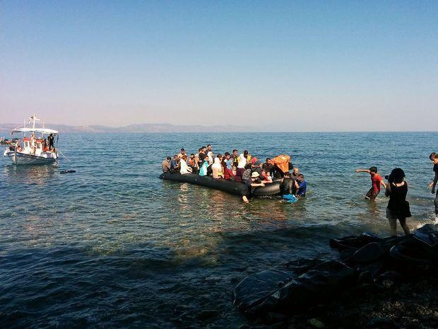 Prebivalci egejskih otokov v Atenah zahtevajo preselitev beguncev na celino
