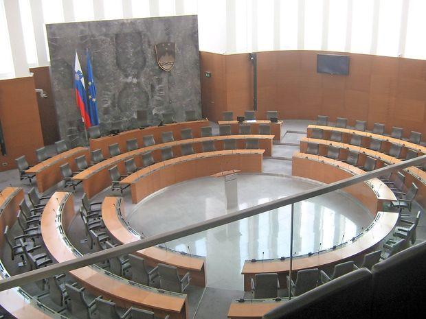 Nadomestilo plače prejema še 17 nekdanjih poslancev, ministri zanj niso zaprosili