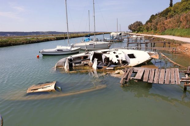 Objavljen poziv k odstranitvi opuščenih plovil iz Jernejevega kanala