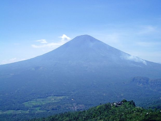 Tisoči turistov zapuščajo Bali, vulkan še naprej bruha pepel