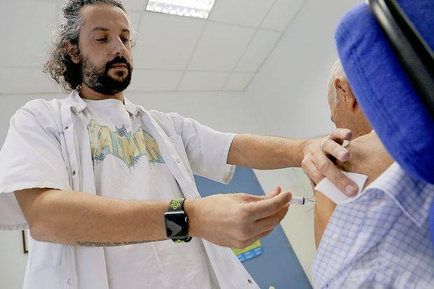Slovenija na repu v Evropi po precepljenosti starejših proti gripi