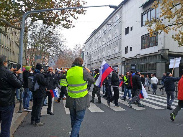 Protestniki ohromili promet pred parlamentom in blokirali vhod
