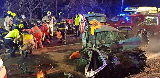 V čelnem trčenju pri Obrovu oba voznika poškodovana, avta pa uničena