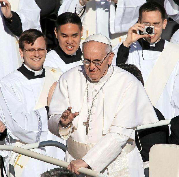 Papež zaradi pedofilskih škandalov iz kroga ožjih sodelavcev umaknil dva kardinala
