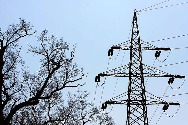 Na tisoče gospodinjstev po državi zaradi neurja brez elektrike