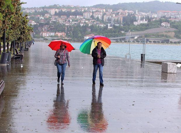 Arso: V gorah prava zima, po nižinah bo prevladoval dež