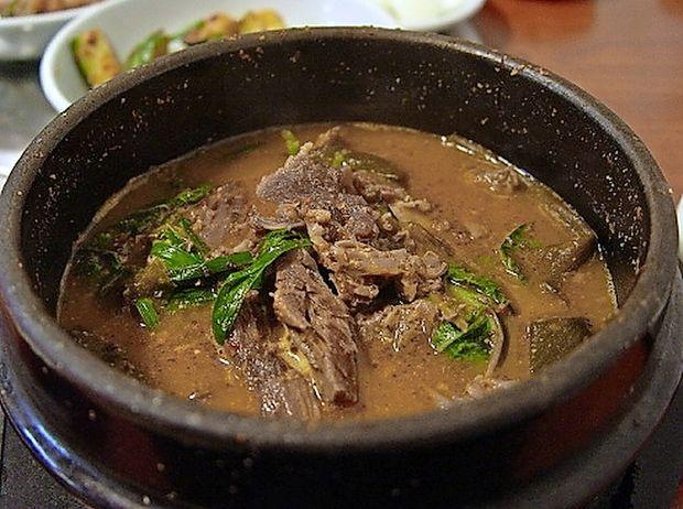 V olimpijskem Pjongčangu na jedilnem listu še vedno obara iz pasjega mesa