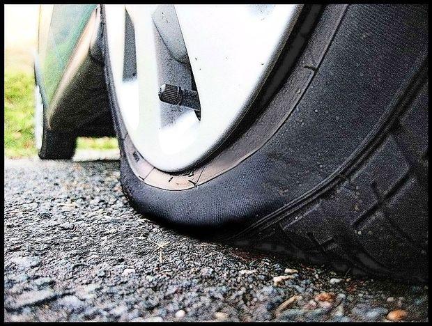 Že več kot 50 prerezanih gum v dveh tržaških ulicah
