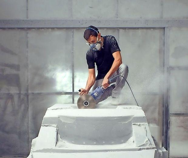 Mladi italijanski umetnik iz marmorja kleše fiat 500