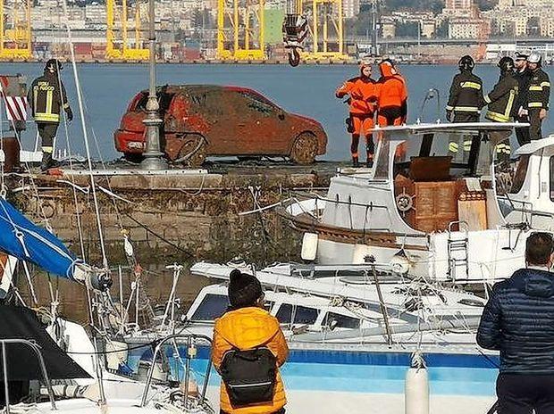 Iz morja potegnili avtomobil, v katerem so našli truplo