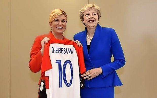 Navijači evforični, predsednica podarja drese