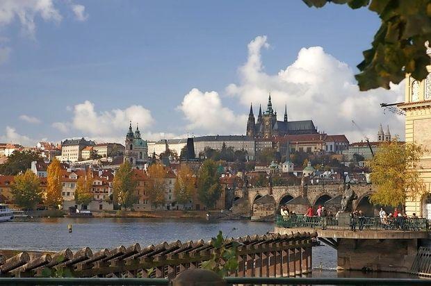 V Pragi se je zrušil most za pešce, štirje poškodovani