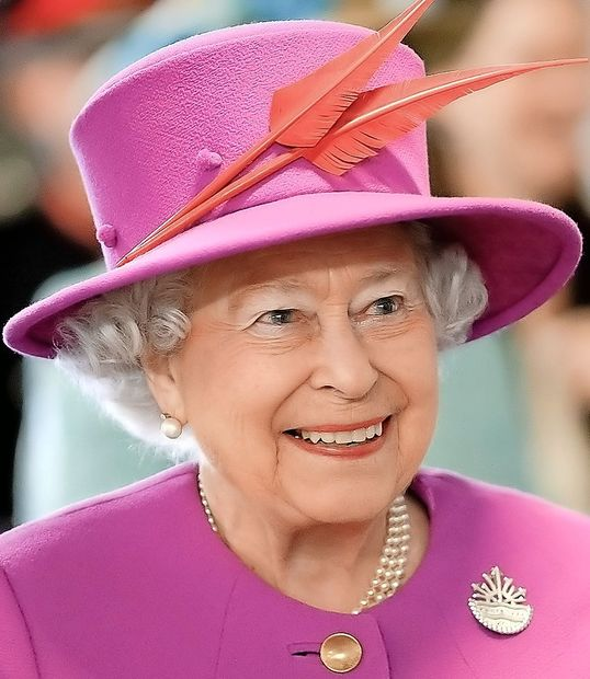 Britanska kraljica prvič na modni reviji