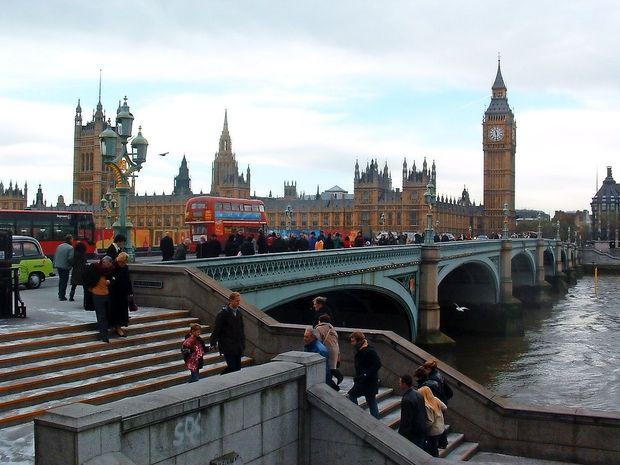 Voznika, ki je trčil v ogrado britanskega parlamenta, aretirali zaradi suma terorizma