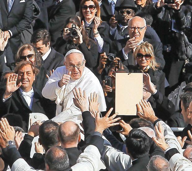 Papež vernikom naroča, naj odložijo pametne telefone