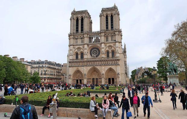 Iz katedrale Notre-Dame so začeli umikati preostale umetnine