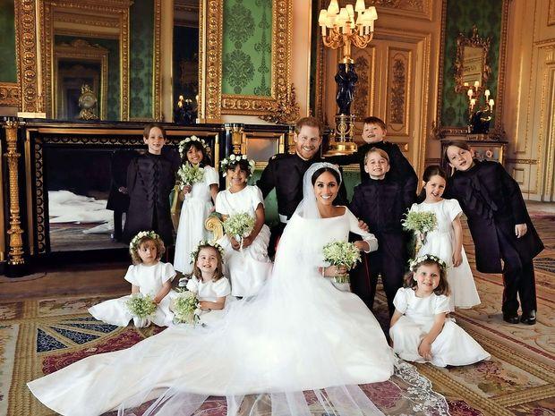 Kraljeva družina objavila prve uradne fotografije poroke Harryja in Meghan