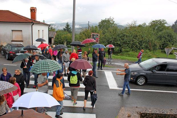 V Jelšanah krajani protestno ustavili promet