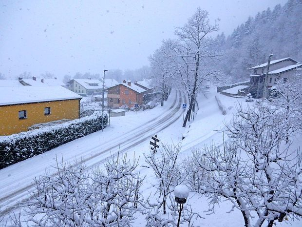 Na Primorskem dež, drugod večinoma sneg
