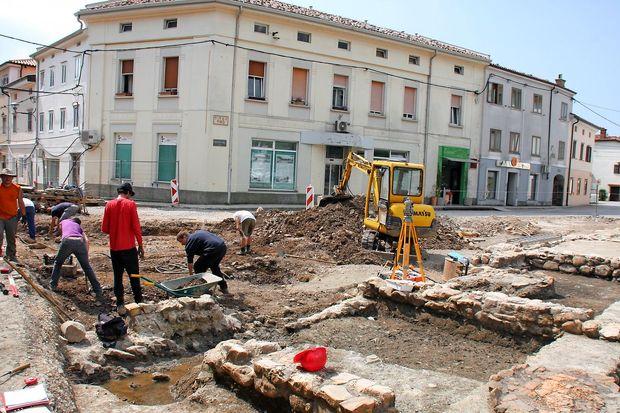 Pod Lavričevim trgom se skrivajo zidovi vojaškega poveljništva Kastre