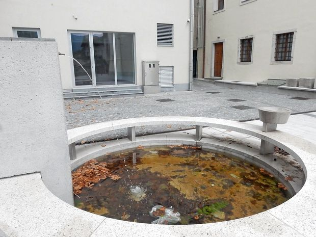 Voda v fontani ni pitna!