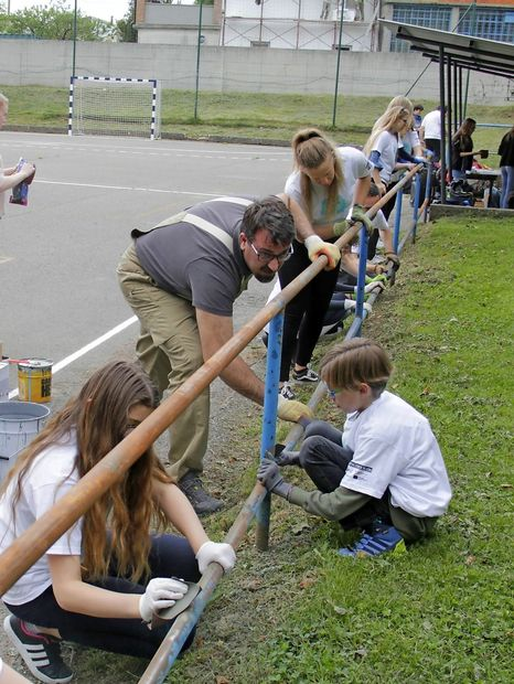 Dijaki prebarvali ograjo
