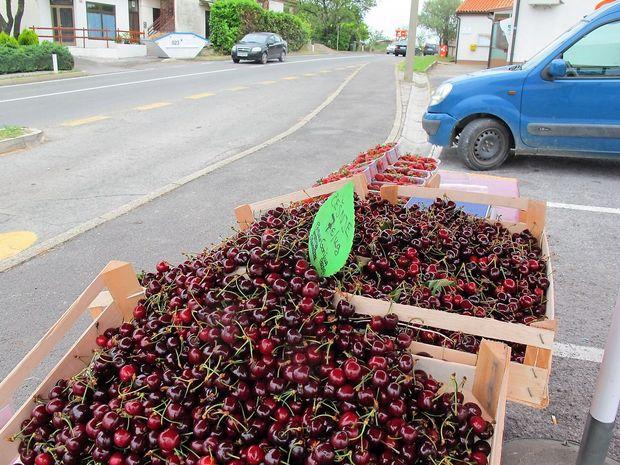 Prodajalci sadja brez dovoljenj za postavitev stojnic