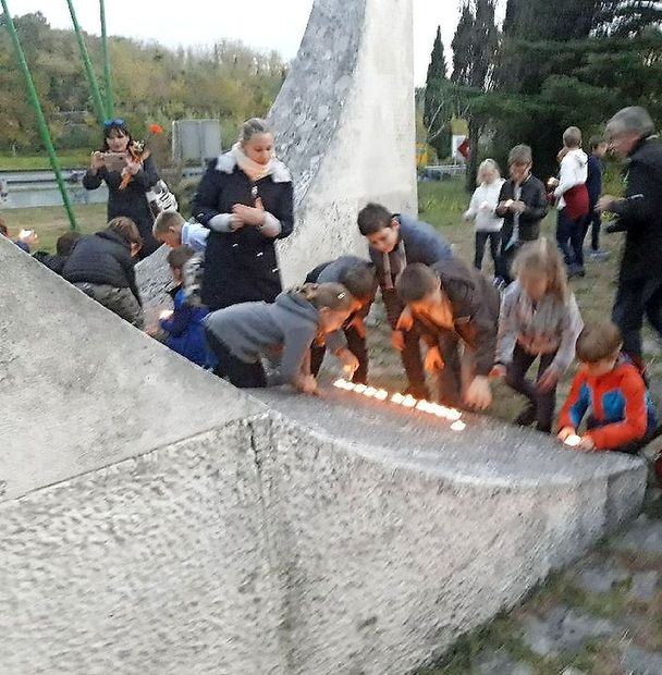 Tradicionalni prižig svečk ob spomeniku