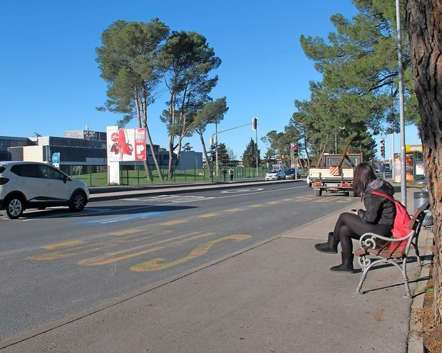 Avtobusno postajališče ob Šmarski cesti je tudi začasno parkirišče
