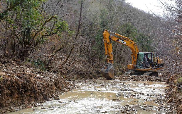 Odstranjujejo naplavine ob reki Dragonji