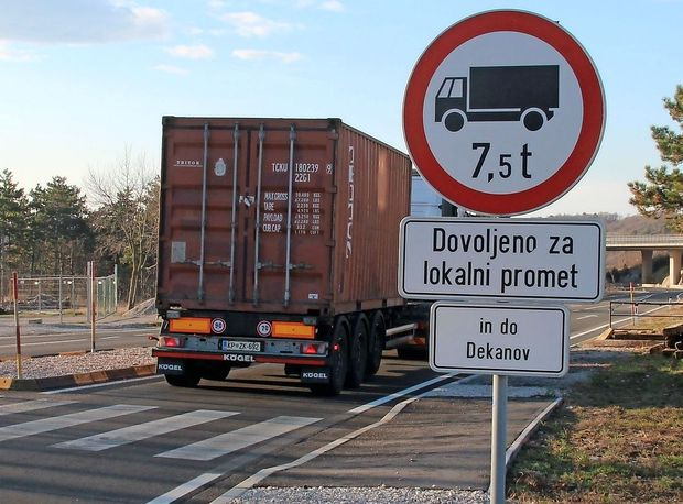 Najprej so vožnjo tovornjakom prepovedali, potem pa dovolili