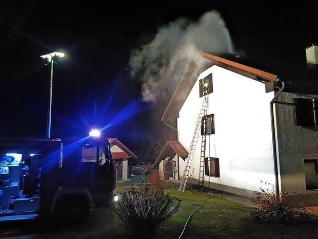 Ponoči zagorelo ostrešje hiše
