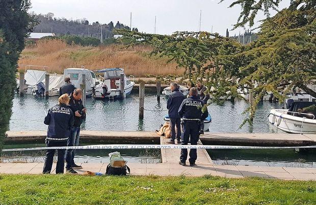 V vodi so našli mrtvega moškega